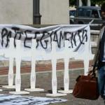 Il sit-in davanti all'ex carcere borbonico, per iniziativa dei familiari delle 40 vittime dell'incidente avvenuto il 31 luglio 2013 sull'autostrada A16 nei pressi di Avellino dove un bus turistico precipitò in una scarpata, ad Avellino, 16 luglio 2015. ANSA/CIRO FUSCO