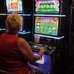 donna gioca a videopoker